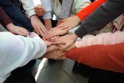 Mit einem Handschlag der Kinder beginnt die Veranstaltung
